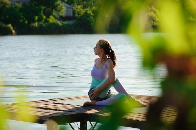 Yoga in het park, openlucht met effectlicht, gezondheidsvrouw, yogavrouw. concept van gezonde levensstijl en ontspanning