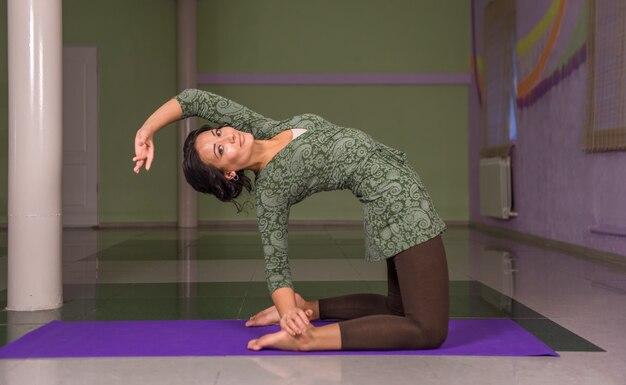 Yoga-instructeur beoefenen van yogales in de sportschool.