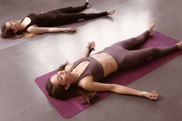 Yoga-instructeur die een groep vrouwen opleidt