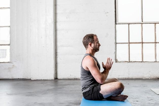 Yoga-instructeur die leert mediteren in de klas