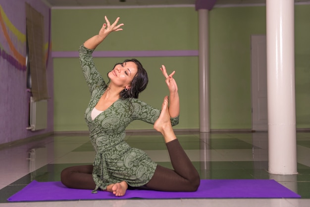 Yoga-instructeur die yoga beoefent.
