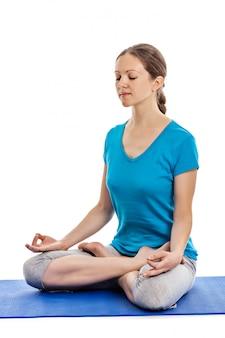 Yoga - jonge mooie vrouw die geïsoleerde de oefening van yogaasana doet