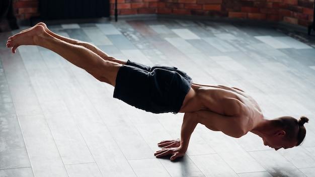 Yoga krachttraining voor mannen. fitness en een gezonde atletische levensstijl. afgezwakt sterke spieren. sport en fitness. wellness levensstijl.