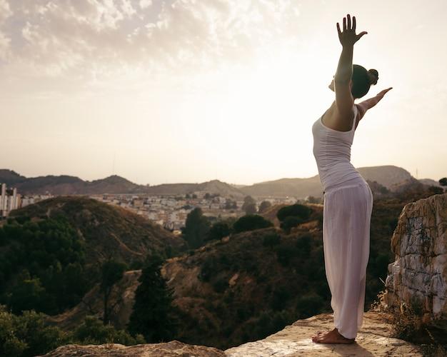 Yoga liefhebber in de natuur