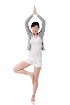 Yoga meisje van aziatische, volledige lengte portret op witte achtergrond.