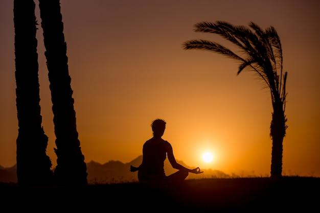 Yoga oefening in tropische locatie