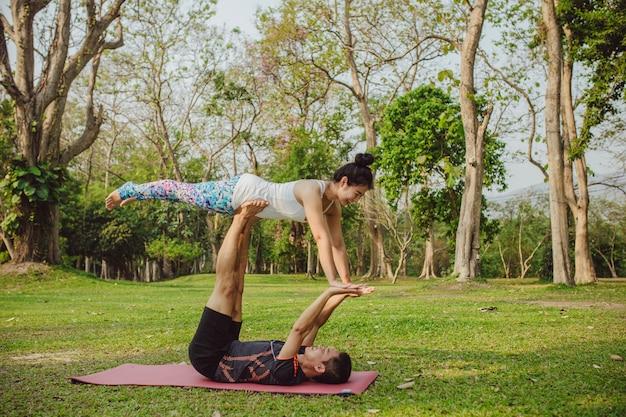 Yoga partners met acrobatische houding