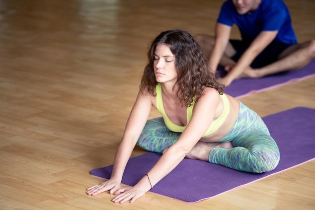 Yoga praktijk oefening klasse concept