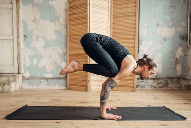 Yoga staand op handen, balans en perstraining