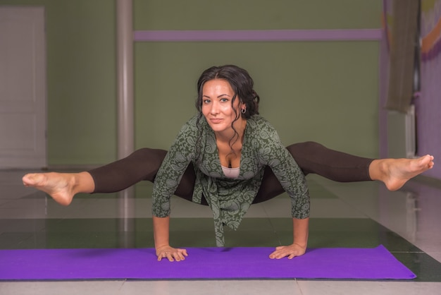 Yoga stagiair doet yoga asana in een studio.