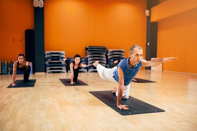 Yoga stretching training, groep met instructeur