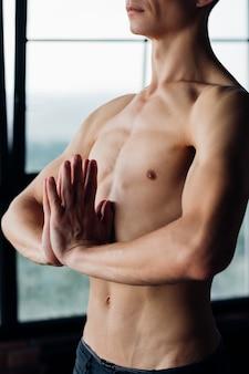 Yoga voor mannen. sportfitness en atletische levensstijl. sterk lichaam en gespierde spieren. man die asana in de sportschool uitoefent.
