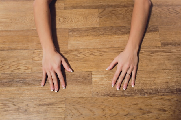 Yoga vrouw beoefenen van yoga. mooie blondevrouw in donkergroene sportenjumpsuit die yogaasana op de mat dichtbij doen