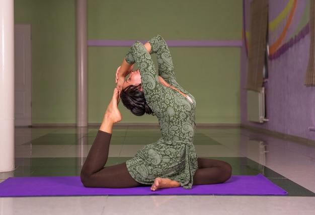 Yoga vrouw beoefenen van yoga-oefeningen in een studio