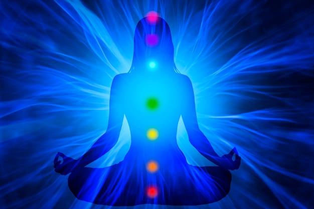 Yoga vrouw met chakra's