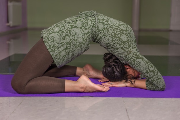 Yoga vrouw poseren in yoga in een studio
