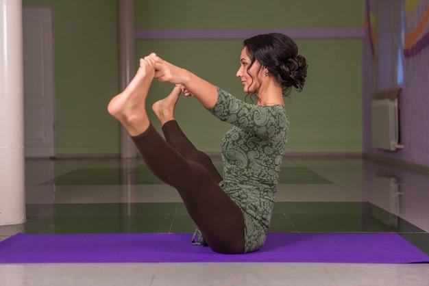 Yoga vrouw poseren in yoga in een studio.