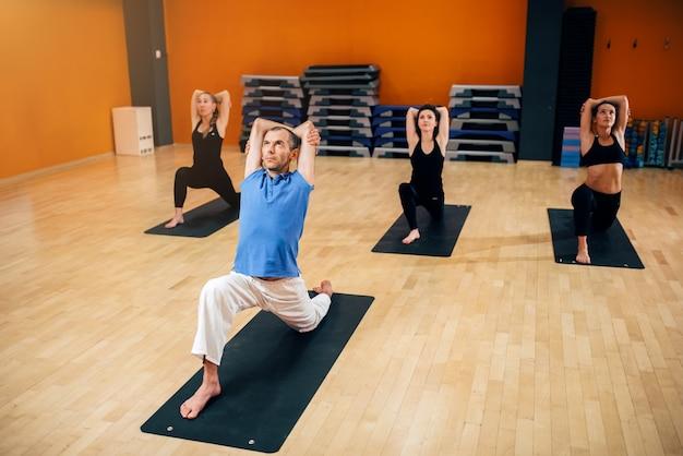 Yoga, vrouwelijke groep met instructeur in beweging