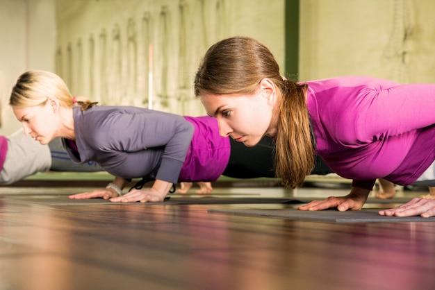 Yogaklasse, groep mensen ontspannen en yoga doen poseren. wellness en een gezonde levensstijl.