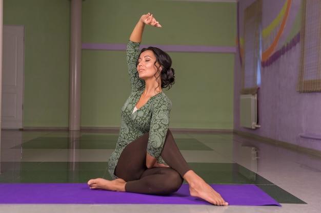 Yogaleraar poseren in yoga ./yoga-instructeur toont yogaposities in de sportschool.