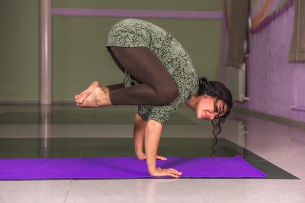 Yogaleraar weergegeven: yoga asana in fitness klasse
