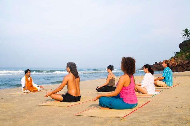 Yogales aan het strand