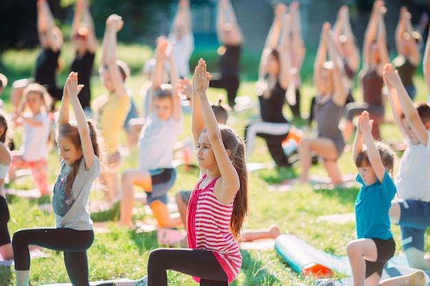 Yogalessen buiten in de open lucht. kinderyoga,