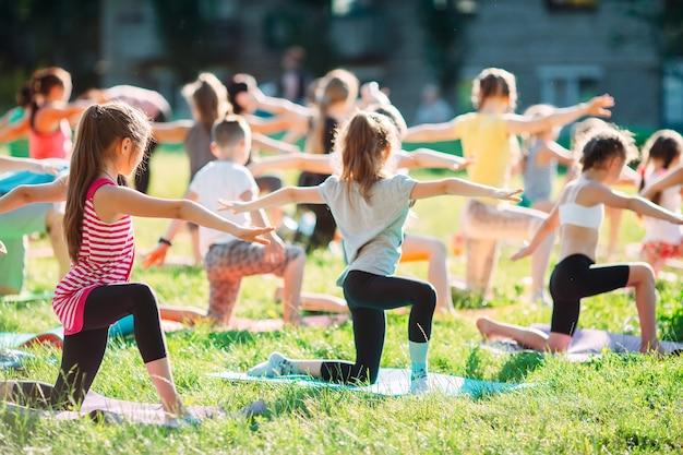 Yogalessen buiten in de open lucht.