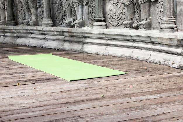 Yogamat in verlaten tempel in bali