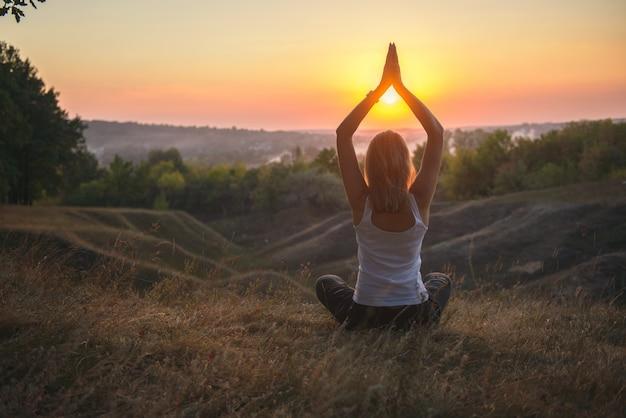 Yogapraktijk bij zonsondergang