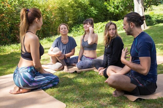 Yogatrainer die stagiairs instrueert