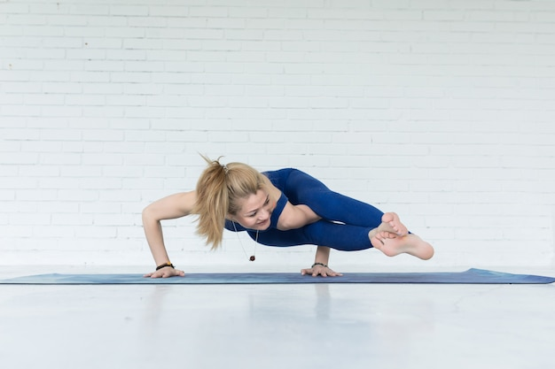 Yogavrouw opleiding op oefeningsmat