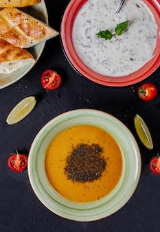 Yoghurt en linzensoep met kruiden en specerijen.