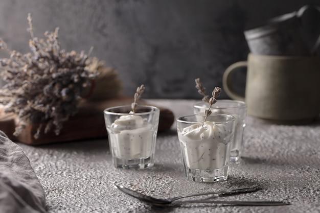 Yoghurt in een glas. lavendel yoghurt met chiazaadjes