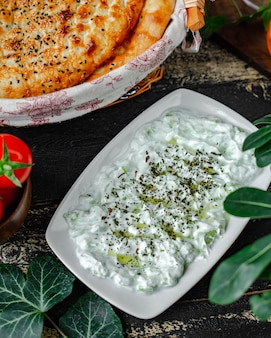 Yoghurt kruiden dressing met kruiden en tandir brood.