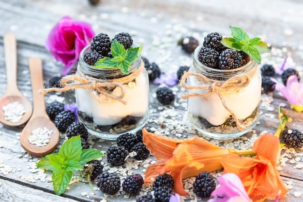 Yoghurt met bramen in glazen potten gemaakt van natuurlijke producten