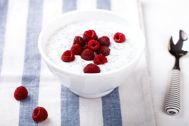 Yoghurt met chia-zaden en verse frambozen