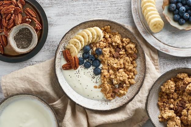 Yoghurt met chocolademuesli, blauwe bosbes. ontbijt, gezonde voeding met havervlokken