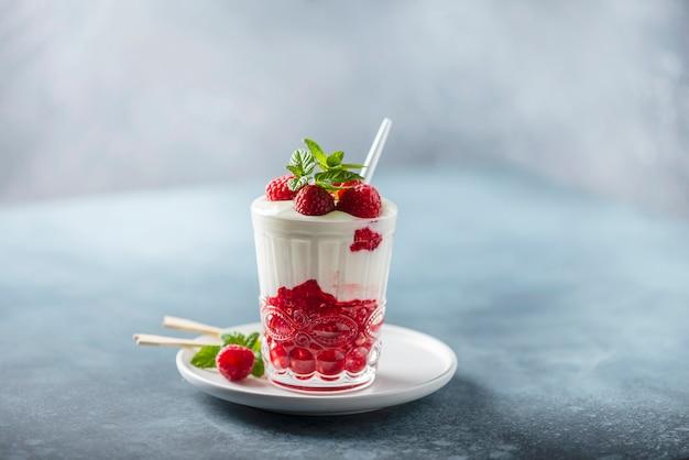 Yoghurt met framboos en munt