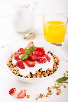 Yoghurt met granola en verse aardbeien