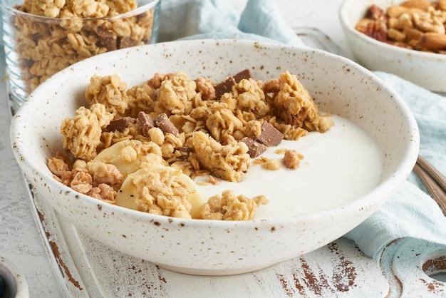 Yoghurt met granola. ontbijt, gezonde voeding. zijaanzicht, close-up