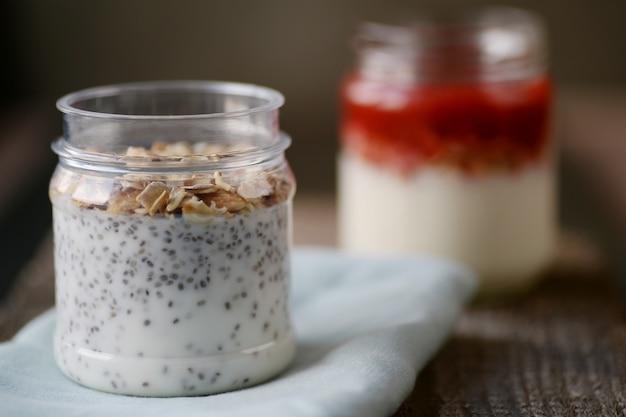 Yoghurt met noten, zaden en jam