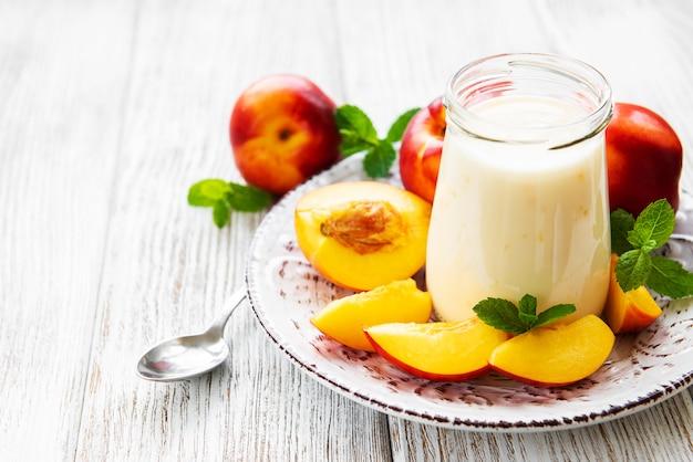 Yoghurt met verse nectarines