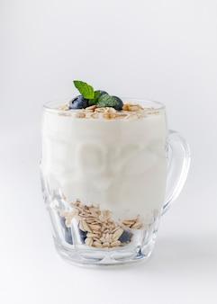 Yoghurtdessert met havermout, bosbessen, framboos en munt