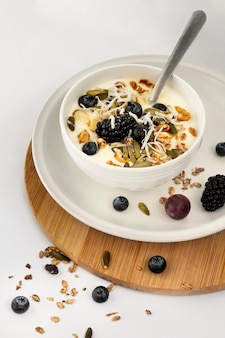 Yoghurtkom met fruit en granen hoge hoek