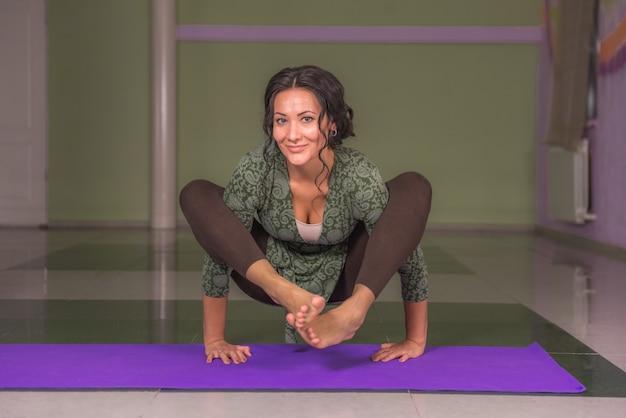 Yogivrouw die in yoga in een studio uitwerkt Premium Foto