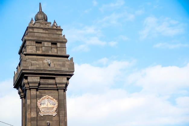 Yogyakarta, java / indonesië: een toren bij de ingang van de straten van yogyakarta