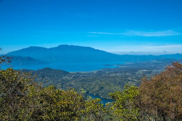 Yojoa lake vanaf de mirador van het cerro azul meambar national park (panacam). honduras