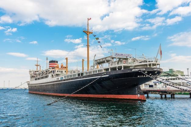 Yokohama - 7 november: een groot schip genaamd hikawa maru aan de oever van de haven van yokohama