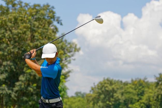 Yong aziatische golfer explosie zand.